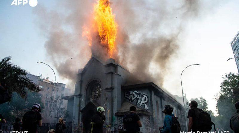 SAQUEOS E IGLESIAS INCENDIADAS SON LOS RESULTADOS DE MANIFESTACIONES EN CHILEE